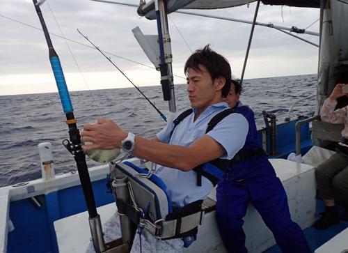 トローリングでカマスサワラを釣っている息子
