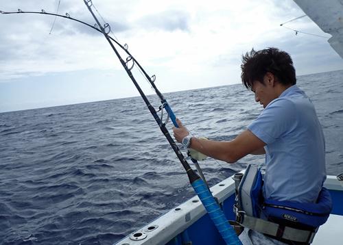 トローリングでシイラを釣っている息子