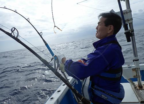 トローリングでシイラを釣っている父