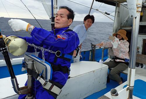 トローリングでカマスサワラを釣っている父