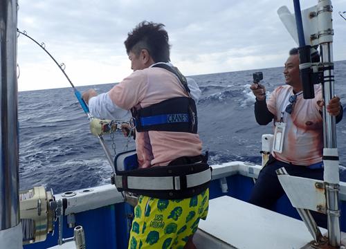 トローリングでシイラを釣っている男性