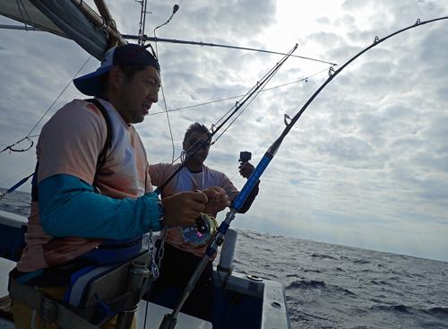トローリングでカマスサワラを釣っている男性