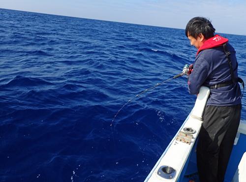 クレーンズ沖縄のジギングでタマンを釣っている男性