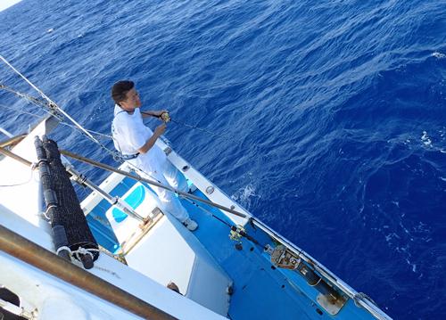 クレーンズ沖縄のジギングでアカジンミーバイを釣っている男性
