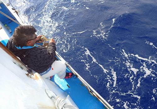 クレーンズ沖縄のジギングでカンパチを釣っている男性