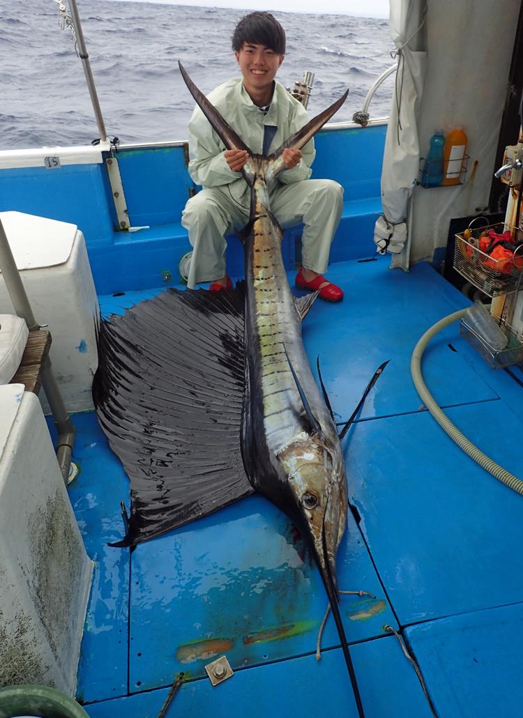 クレーンズ沖縄のトローリングでバショウカジキを釣った高校1年生