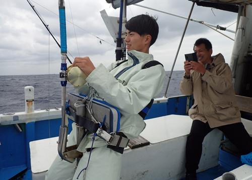 クレーンズ沖縄のトローリングでバショウカジキを釣っている高校1年生