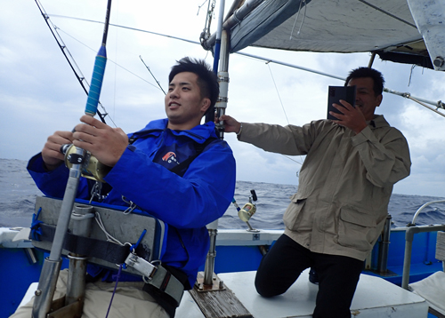 クレーンズ沖縄のトローリングでシイラを釣っている大学生