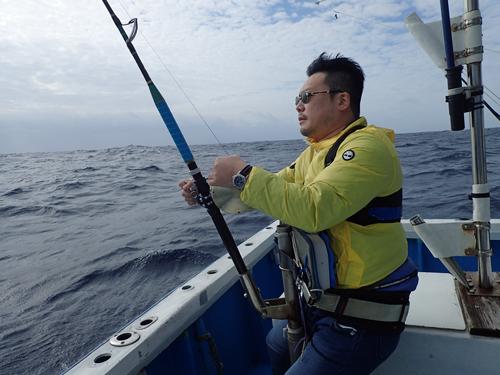 トローリングでバショウカジキを釣っている男性