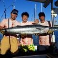 トローリングでカマスサワラを釣り帰港後に宜野湾マリーナで記念撮影