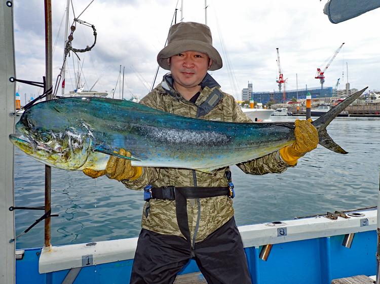 トローリングで釣れたシイラと東京から来た男性