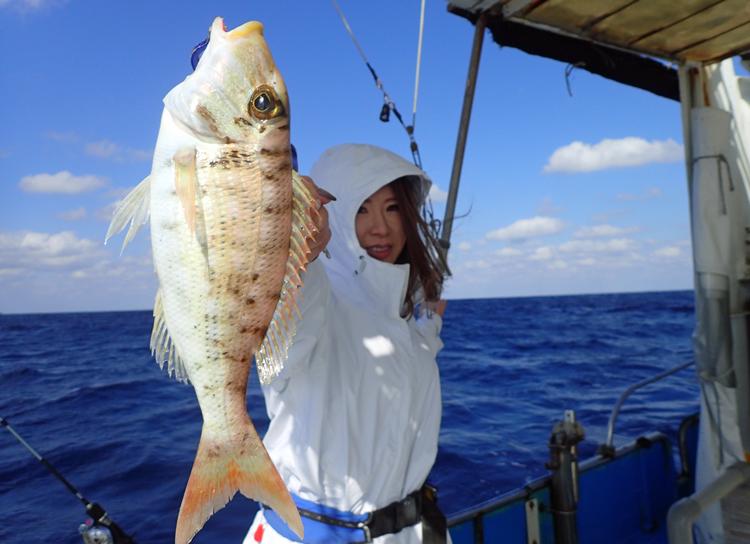 東京から来た女性がフエフキダイを釣る
