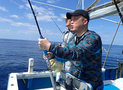 カツオを釣っている男性