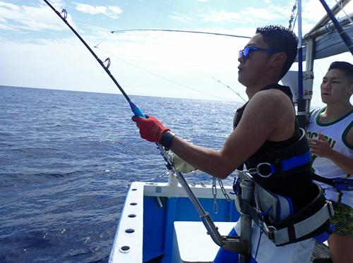 ダイバンカツオを釣っている男性