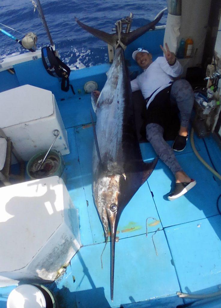 クレーンズ沖縄、鶴丸のトローリングでカジキを釣った110kgの大柄な男性
