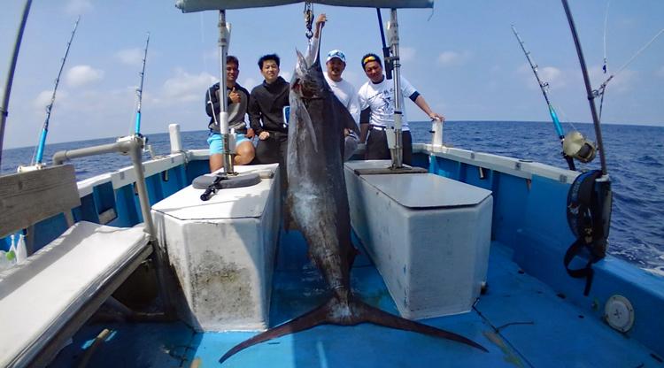 クレーンズ沖縄のトローリングでカジキを釣った4人の男