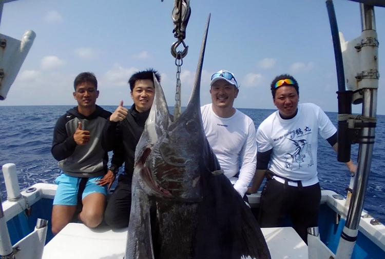 クレーンズ沖縄のトローリングでカジキを釣り4人で記念撮影