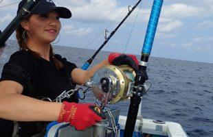 クレーンズ沖縄のトローリングでシイラを釣っている女性アングラー