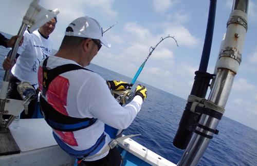 クレーンズ沖縄のトローリングで100kgオーバーのカジキを釣っている男