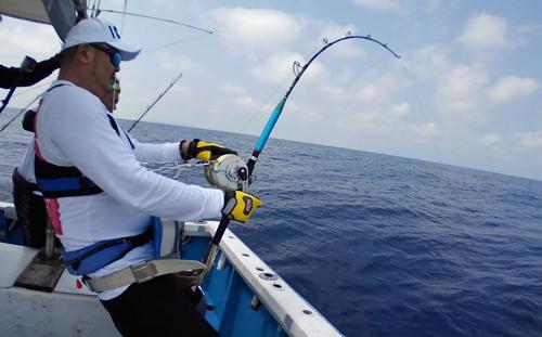 クレーンズ沖縄のトローリングで100kgオーバーのブルーマーリンを釣っている男性