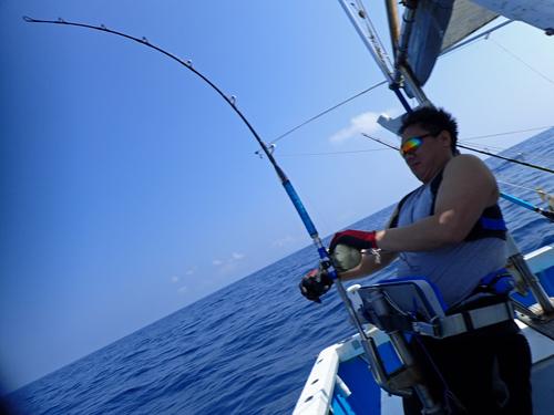 クレーンズ沖縄のトローリングでセイルフィッシュを釣っている男性