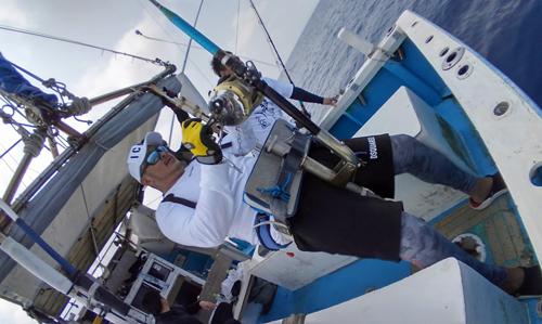 クレーンズ沖縄のトローリングで100kgオーバーのカジキを釣っている男性
