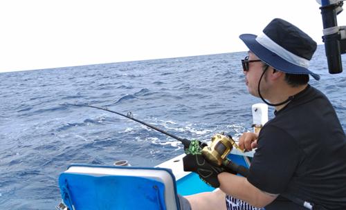 クレーンズ沖縄のトローリングでカツオを釣っている東京都の男性
