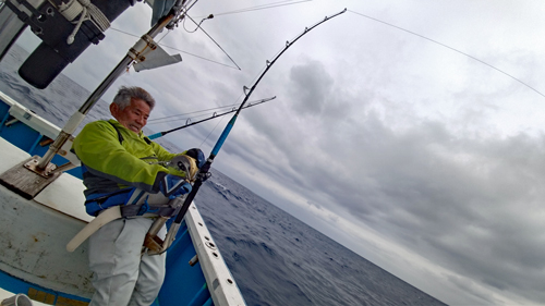 クレーンズ沖縄のトローリングでマカジキを釣っている三重県の男性