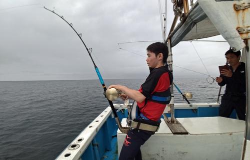 クレーンズ沖縄のトローリングでカマスサワラを釣っている東京から来た若い男性