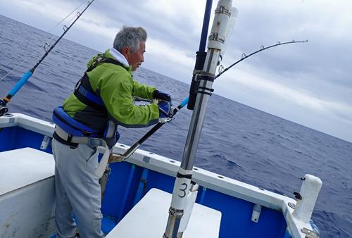トローリングでマカジキを釣っている男性