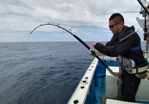 クレーンズ沖縄のトローリングでカジキを釣っている男性