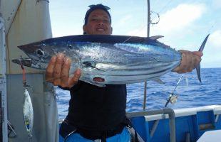 ジギングでダイバンガツオを釣ったインドネシア人