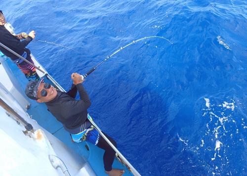 ジギングでダイバンガツオを釣っている男性