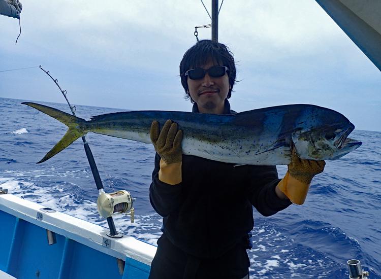シイラを釣り上げた男性