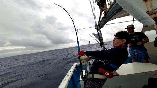 クレーンズ沖縄、鶴丸のトローリングでカジキを釣っている男