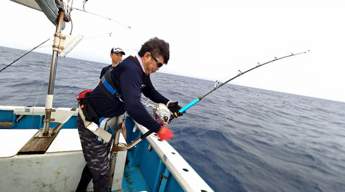 クレーンズ沖縄のトローリングでカジキを釣ってい三重県の男性