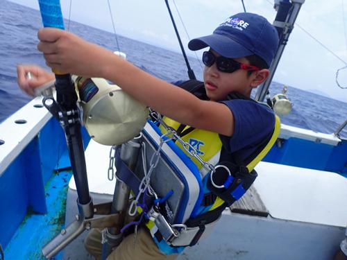 カマスサワラを釣っている小学生