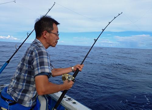 ツムブリを釣っている男性