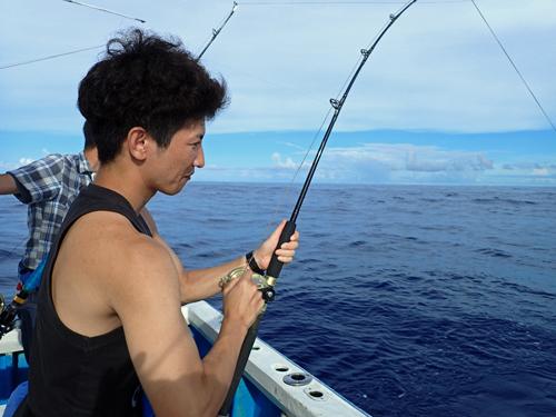 ヤマトナガイユを釣っている男性