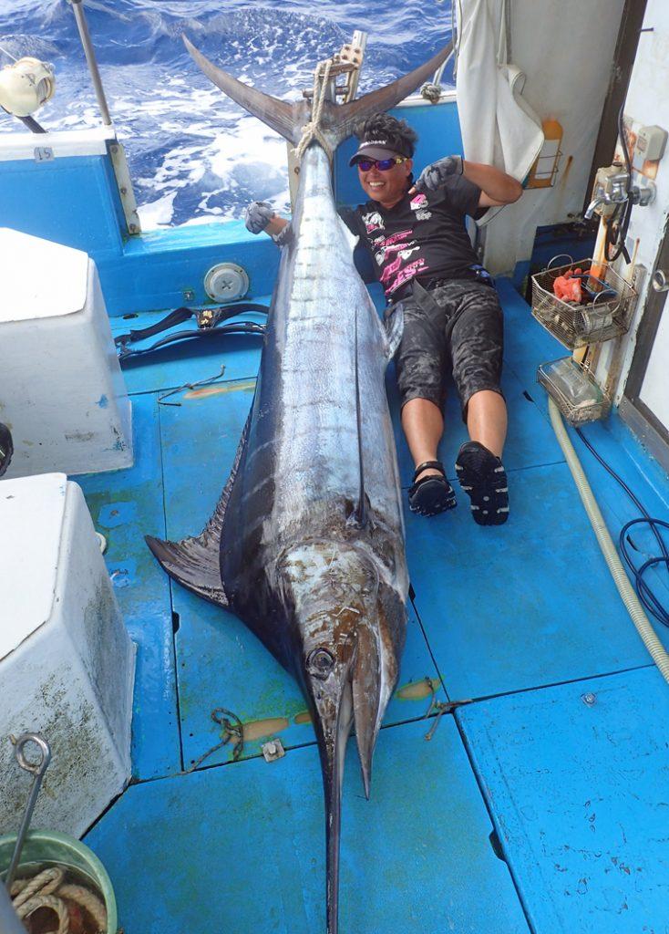 沖縄で120kgのカジキを釣り上げ記念撮影する滋賀県から来た男性