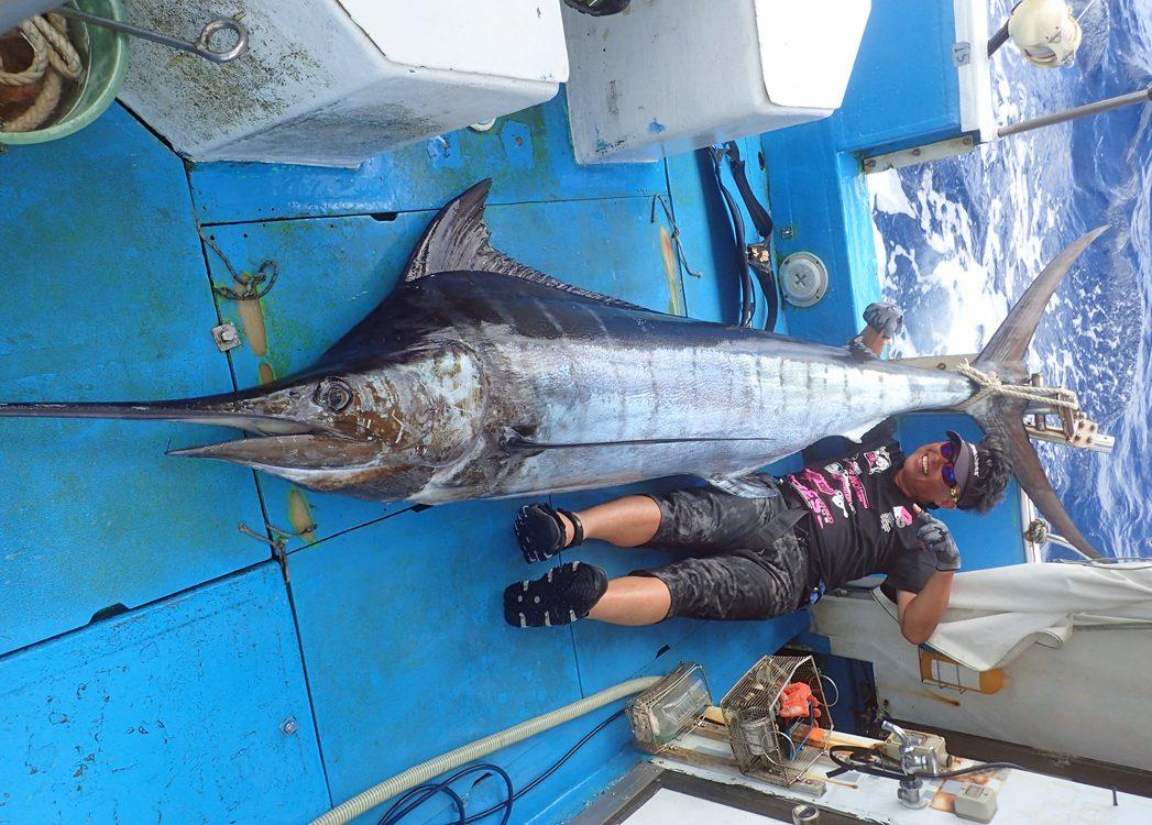 カジキを釣り上げ喜ぶ滋賀県の男性