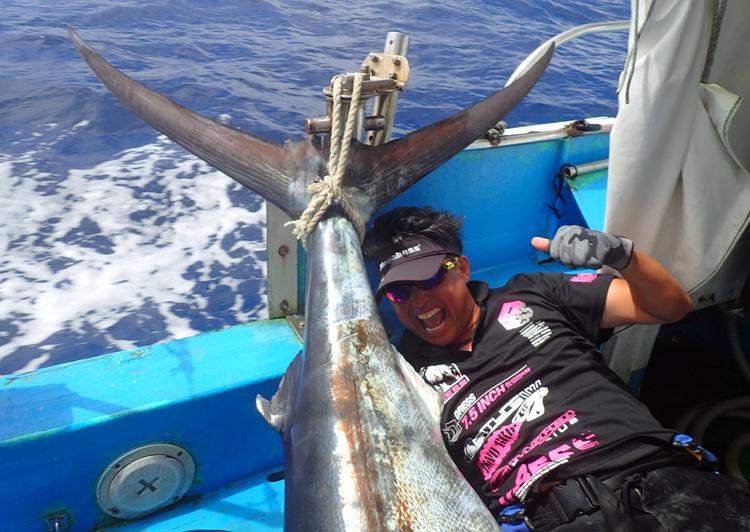 ブルーマーリンを釣り上げた滋賀県の男性