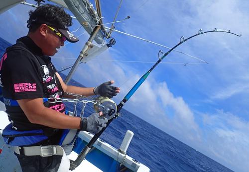 クレーンズ沖縄のトローリングでカジキを釣っている滋賀県の男性