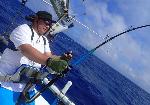 クレーンズ沖縄のトローリングでカジキを釣っている京都府の男性