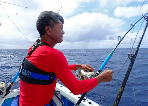 クレーンズ沖縄のダイバンカツオを釣っている男性