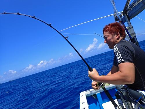 ライトトローリングでスマガツオを釣っている男性