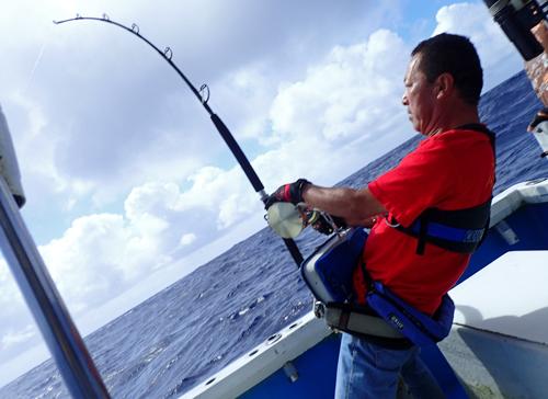 カジキを釣っている栃木県の男性
