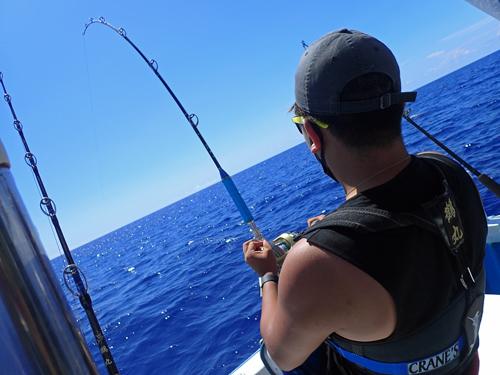 ライトトローリングでシイラを釣っている男性
