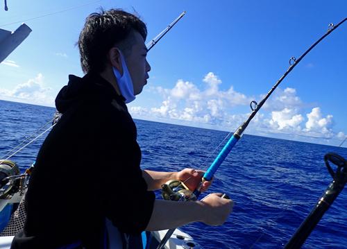 ライトトローリングでカツオを釣っている男性