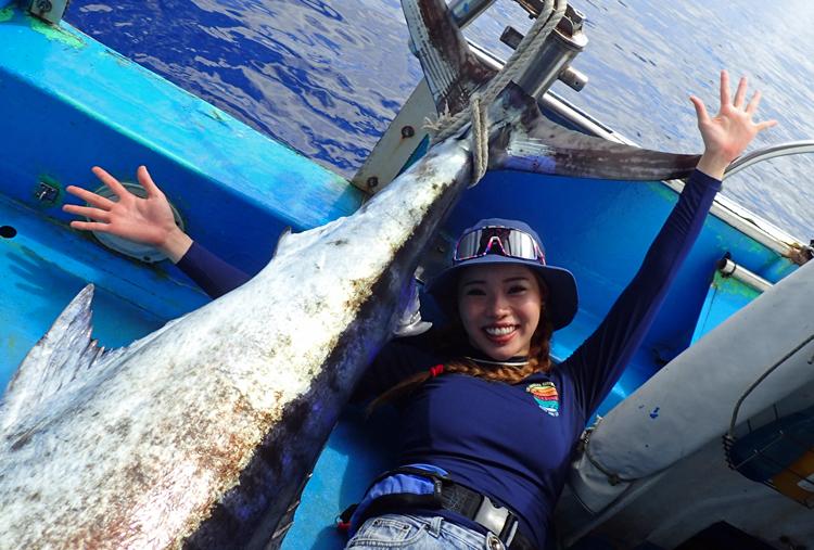 クレーンズ沖縄、鶴丸のトローリングでカジキを釣った女性アングラー